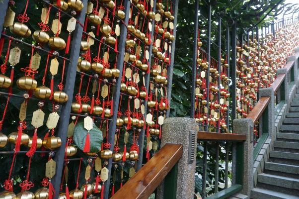 Tzv. Rok krokov pri chráme Wenwu pri Jazere Slnka a Mesiaca (Sun Moon Lake) na Taiwane - každý schod je venovaný jednému dňu v roku a sú na ňom vytesané mená slávnych osobností, čo majú narodeniny v daný deň