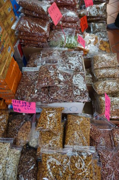 Obchodíky na ulici Dihua v Tchaj-peji ponúkajú nepreberné množstvo orieškov