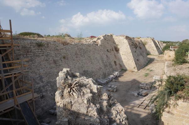 Pozostatky opevnenia a zákopov vybudovaných križiakmi počas vlády francúzskeho kráľa Ľudovíta IX. v Caesarei