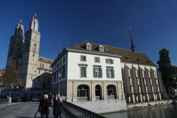 Grossmünster - Protestantská katedrála v Zürichu a vpravo tzv. Vodný kostol (Wasserkirche)