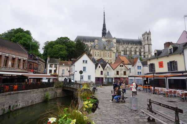 Katedrála Matky Božej v Amiens pri pohľade z námestia Place du Don