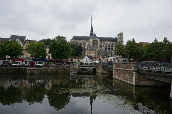 Katedrála Matky Božej v Amiens a jej odraz na rieke Somme pri pohľade z nábrežia Quai Belu