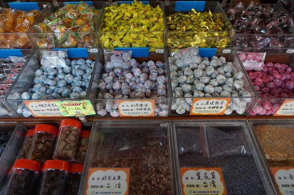 Obchody na ulici Dihua v Tchaj-peji ponúkajú aj sladkosti