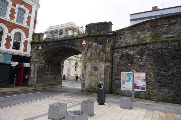 Shipquay Gate (Prístavná brána) - jedna zo štyroch pôvodných brán opevnenia mesta Londonderry, pochádzajúca zo 17. storočia, pôvodne disponovala strážnicou a padacou mrežou