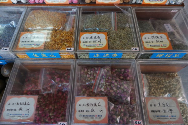 Obchody na ulici Dihua v Tchaj-peji ponúkajú napríklad i sušené korenie a bylinky