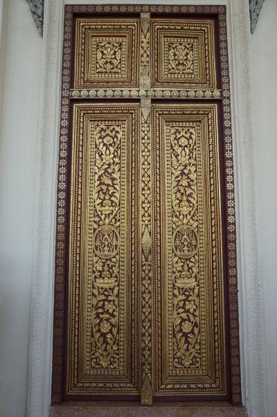 Zlatom dekorované dvere do Trónnej siene Kráľovského paláca v Phnom Penhu