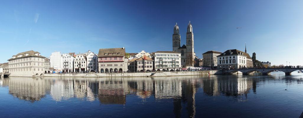 Pohľad na nábrežie rieky Limmat a Grossmünster - Protestantskú katedrálu v Zürichu