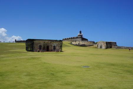 Pevnosť El Morro je obkolesená širokým trávnikom