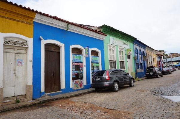 Farebné domy v uliciach v okolí historického centra São Luís