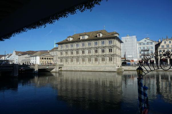 Nábrežná promenáda okolo rieky Limmat v Zürichu - Mestská radnica