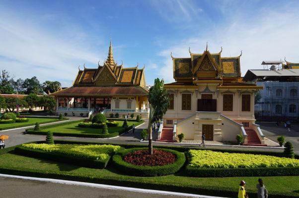 Vľavo Pavilón Phochani (tanečná hala), vpravo Bronzový palác (Hor Samrith Phimean) z roku 1917, ktorý slúžil pre úschovu kráľovských regálií a klenotov, dnes je tu expozícia kráľovského oblečenia - Kráľovský palác v Phnom Penhu