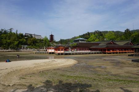 Svätyňa Icukušima počas odlivu (vľavo vidieť 5-poschodovú pagodu)