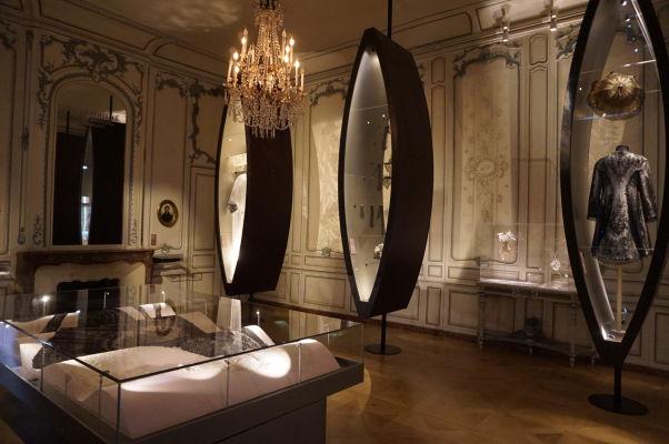 Sekcia s textíliami a oblečením - Múzeum umenia a histórie baróna Gérarda (MAHB) v Bayeux