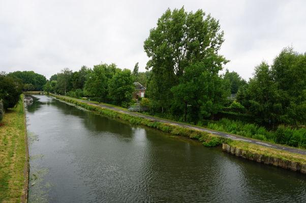Jeden z umelých kanálov obklopujúcich plávajúce záhrady Les Hortillonnages v Amiens
