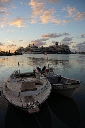 Výletné lode pristavené pri móle v St. John's na Antigue