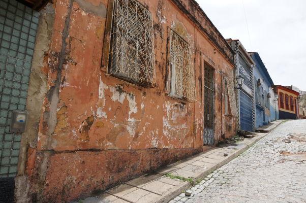 Ulička so zanedbanými farebnými koloniálnymi domami v okolí historického centra São Luís