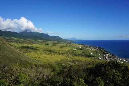 Výhľad na ostrov Svätý Krištof z bašty, v pozadí ostrov Nevis