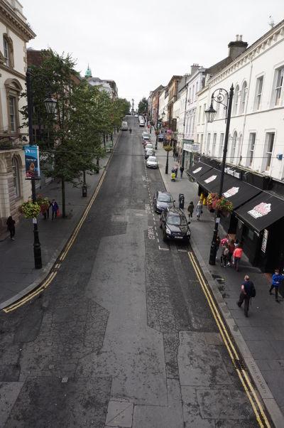Ulička v historickom centre mesta Londonderry vo vnútri jeho opevnenia