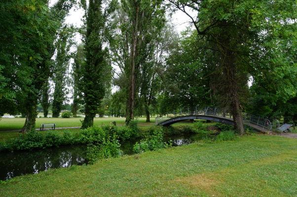 Jeden z mostov plávajúcich záhrady Les Hortillonnages v Amiens