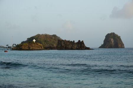 Ostrov Dove Island s krížom, ktorý slúži zároveň ako hrobka