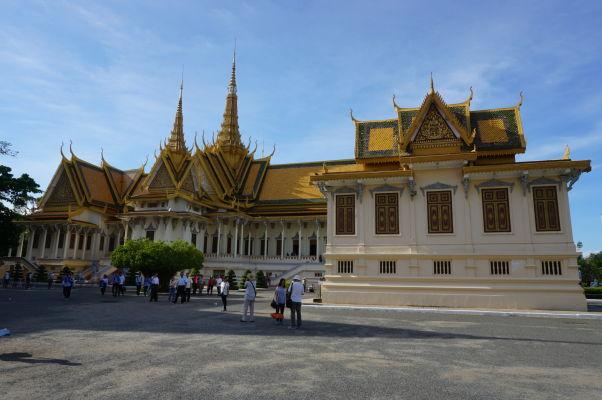 Kráľovský palác v Phnom Penhu - v popredí Bronzový palác (Hor Samrith Phimean), v pozadí veľká Trónna sieň