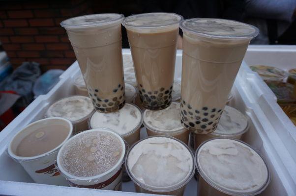 Pouličné stánky na ulici Dihua v Tchaj-peji predávajú napríklad i typický bublinkový čaj