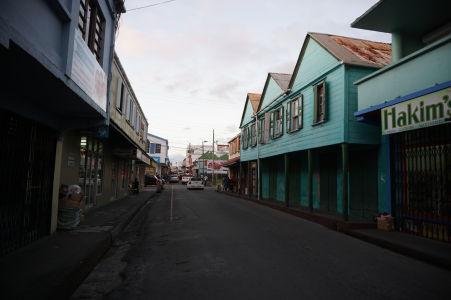 Ulice St. John's na Antigue - Sú plné obchodíkov a obchodov