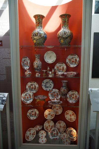 Sekcia s porcelánom - Múzeum umenia a histórie baróna Gérarda (MAHB) v Bayeux