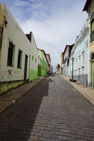 Ulička s farebnými koloniálnymi domami v okolí historického centra São Luís