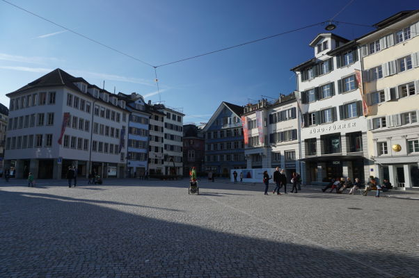 Námestie Münsterhof pred kostolom Fraumünster v Zürichu