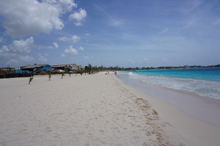 Biely piesok a tyrkysové more - To je Brownes Beach v Bridgetowne na Barbadose