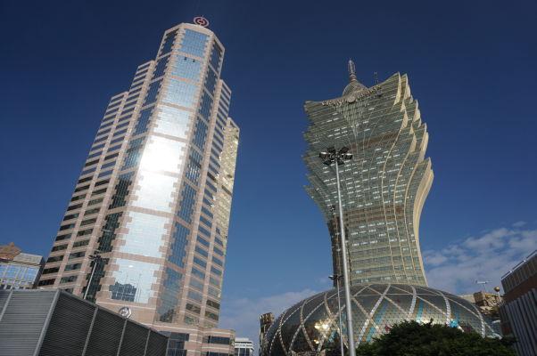 Vpravo kasíno Grand Lisboa a vľavo Čínska banka v Macau