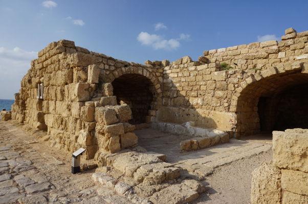 Vstup na verejné toalety v meste Caesarea