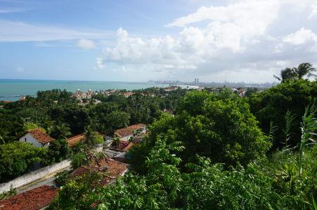 Výhľad z terasy katedrály - vľavo Karmelitánsky chrám, vpravo Recife