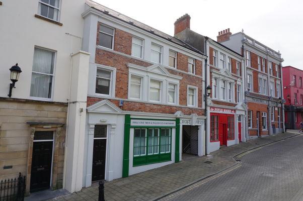 Budovy v historickom centre mesta Londonderry vo vnútri jeho opevnenia