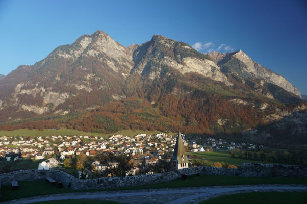 Pohľad na Balzers a horu Mittagspitz od hradu Gutenberg