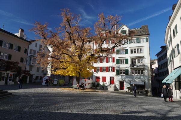 Jesenná atmosféra na námestí pred Kostolom sv. Petra v Zürichu