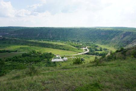 Zelené údolie Butuceni, v skalách ktorého sú vyhĺbené jaskyne mníchov