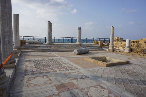 Átrium - časť rímskej vily v Caesarei, ktorej nechýbajú mozaiky ani tzv. perištýl (obklopenie stĺpmi)