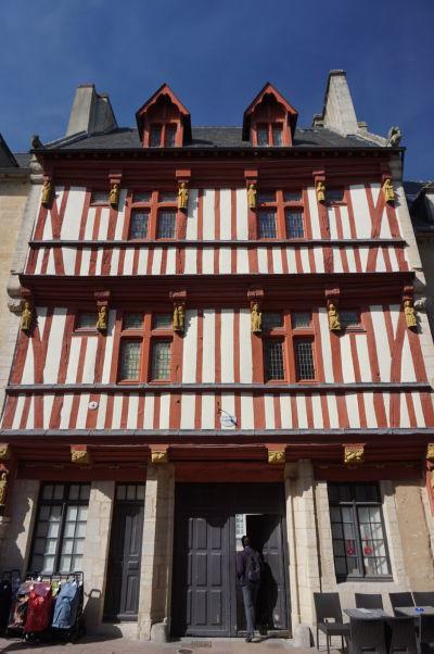 Dom s drevenou konštrukciou v Bayeux - chránená pamiatka reprezentujúca architektúru typickú najmä pre mestá ako Troyes alebo Rouen