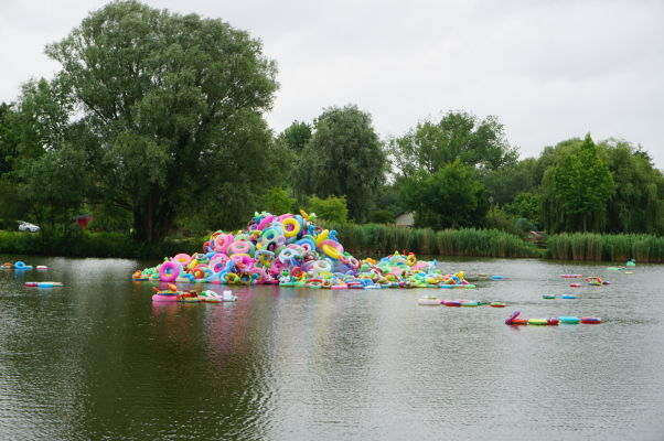 Plávajúce kolesá na jazierku pri plávajúcich záhradách Les Hortillonnages v Amiens