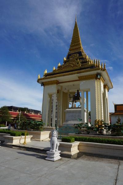 Jazdecká socha kráľa Norodoma I., zakladateľa súčasnej kambodžskej kráľovskej dynastie, ktorý pozval Francúzov vytvoriť protektorát nad svojou krajinou - Kráľovský palác v Phnom Penhu