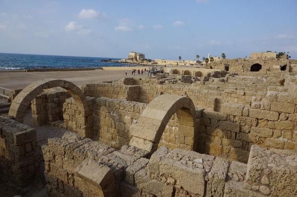 Zvyšky kúpeľov v Caesarei, ktoré boli postavené na časti základov hipodrómu (ktorý je vidieť v pozadí)