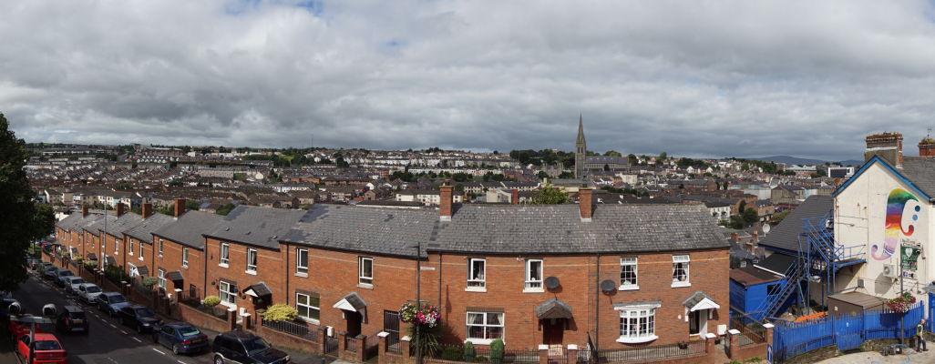 Výhľad z tzv. Kráľovskej bašty v opevnení severoírskeho Londonderry na sever mesta a na katolícku časť Bogside - v pozadí Katedrála sv. Eugena