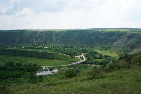 Zelené údolie Butuceni, dolu budova archeologického múzea