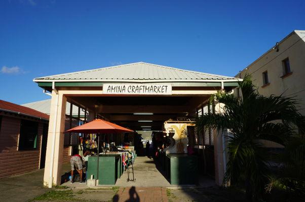 Trh s remeselníckymi výrobkami v Basseterre, hlavnom meste Sv. Krištofa