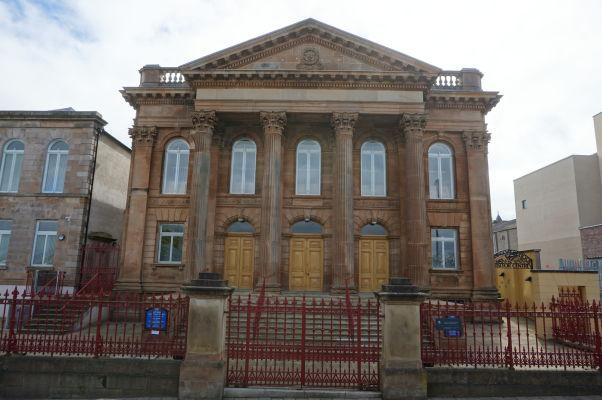 Historická časť mesta Londonderry - aj keď to na prvý pohľad tak nemusí vyzerať, táto budova je kostolom (presbyteriánskym)