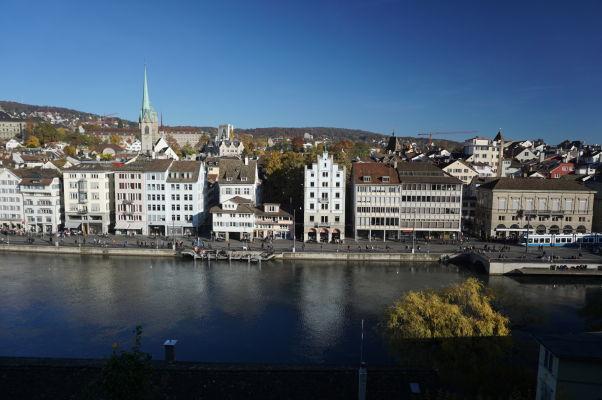 Výhľad vrchu Lindenhof v Zürichu na náprotivnú stranu rieky Limmat