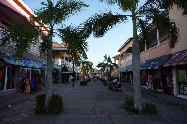 Obchody so suvenírmi v prístave v Basseterre, hlavnom meste Sv. Krištofa