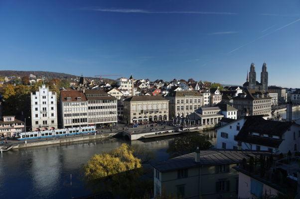 Výhľad vrchu Lindenhof v Zürichu na náprotivnú stranu rieky Limmat (vpravo Grossmünster)